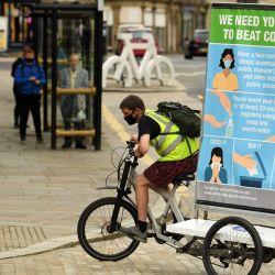 En una promoción financiada por el Consejo de Calderdale, Phil Mearns monta su bicicleta publicitaria mostrando consejos sobre cómo frenar la propagación del coronavirus por las calles de Halifax en el norte de Inglaterra, ya que las restricciones locales de bloqueo se vuelven a imponer debido a un aumento en casos del nuevo coronavirus en la localidad. | Foto:OLI SCARFF / AFP