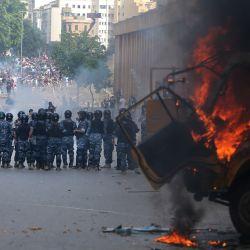 Las fuerzas de seguridad libanesas se reúnen durante los enfrentamientos con manifestantes en el centro de Beirut, luego de una manifestación contra un liderazgo político al que culpan por una monstruosa explosión que mató a más de 150 personas y desfiguró la capital Beirut. | Foto:ANWAR AMRO / AFP