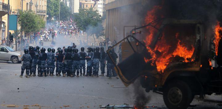 Las fuerzas de seguridad libanesas se reúnen durante los enfrentamientos con manifestantes en el centro de Beirut, luego de una manifestación contra un liderazgo político al que culpan por una monstruosa explosión que mató a más de 150 personas y desfiguró la capital Beirut.