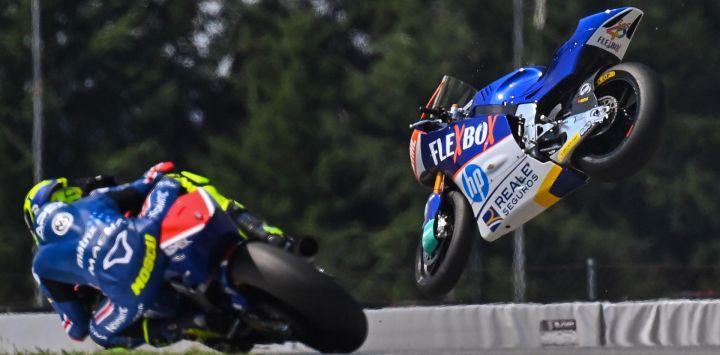 El piloto español de Flexbox HP 40, Héctor Garzo, se estrella durante el Gran Premio de República Checa de Moto 2 en el circuito de Masaryk en Brno.