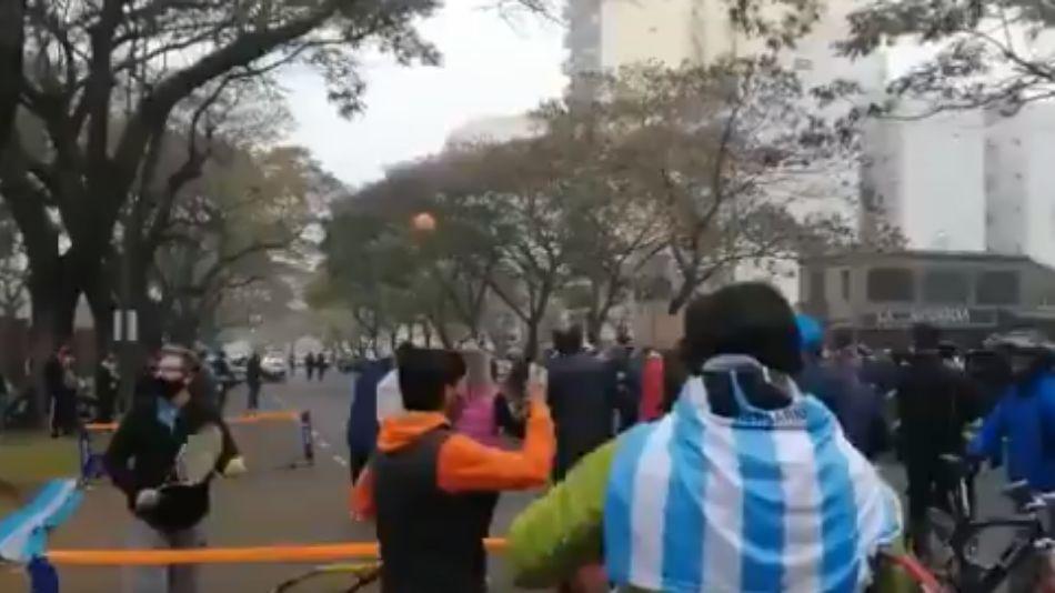 Frente a la Residencia de Olivos, profesores de tenis y otros deportes reclamaron poder volver a trabajar.