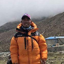 Dawa Finjhok Sherpa en las inmediaciones del campamento base, después del rescate del cuerpo del escalador indio Goutam Ghosh en el Monte Everest. Foto: Privat/Dawa Finjhok Sherpa/dpa