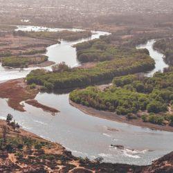 En las imágenes pueden verse los viejos cauces que han formado lagos cerrados alimentados por la propia filtración.