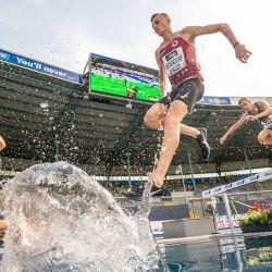 El atleta alemán Karl Bebendorf compite en la carrera de obstáculos masculina de 300 metros durante el Campeonato Alemán de Atletismo de 2020 en el Deutsche Bank Park. | Foto:Michael Kappeler / DPA