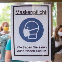 Berlín: los alumnos caminan por la entrada de la escuela Rheingau Gymnasium detrás de un cartel que dice  | Foto:Kay Nietfeld / DPA