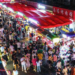 Esta foto muestra a personas visitando un mercado nocturno en Shenyang, en la provincia nororiental de Liaoning, en China. | Foto:STR / AFP