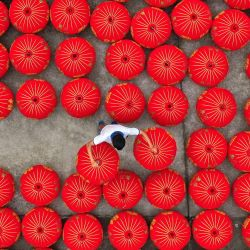 China, Taizhou: un trabajador coloca linternas rojas chinas tradicionales terminadas en un taller.  | Foto:TPG vía ZUMA Press / DPA