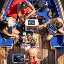 La gente navega a bordo de una embarcación de recreo en el río Amstel en Ámsterdam, mientras una ola de calor atraviesa el norte de Europa. | Foto:RAMON VAN FLYMEN / ANP / AFP