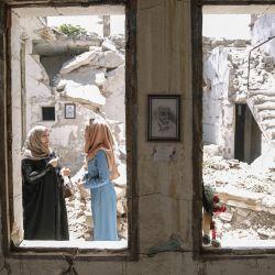 Siria, ciudad de Idlib: los visitantes recorren una exposición organizada por el artista sirio Rami Abd al-Haq en una de las casas dañadas en Idlib. Los dibujos son de personajes y figuras que surgieron durante la guerra civil siria y tuvieron influencia en los medios. | Foto:Anas Alkharboutli / DPA