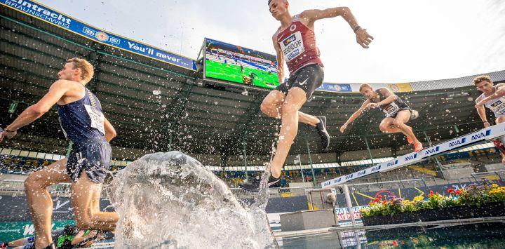 El atleta alemán Karl Bebendorf compite en la carrera de obstáculos masculina de 300 metros durante el Campeonato Alemán de Atletismo de 2020 en el Deutsche Bank Park.