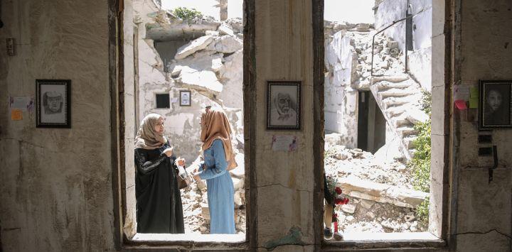 Siria, ciudad de Idlib: los visitantes recorren una exposición organizada por el artista sirio Rami Abd al-Haq en una de las casas dañadas en Idlib. Los dibujos son de personajes y figuras que surgieron durante la guerra civil siria y tuvieron influencia en los medios.