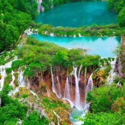 El Parque Nacional de los Lagos de Plitvice es una reserva forestal situada en el centro de Croacia.