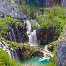 El Parque Nacional de los Lagos de Plitvice está conformado por 16 lagos superpuestos en cadena.