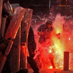 Las fuerzas de seguridad libanesas chocan con manifestantes en las cercanías del parlamento en el centro de Beirut tras una enorme explosión química que devastó gran parte de la capital libanesa. | Foto:IBRAHIM AMRO / AFP