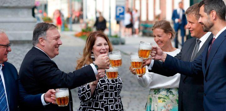 El secretario de Estado de los Estados Unidos, Mike Pompeo, su esposa Susan, el ministro de Relaciones Exteriores de la República Checa, Tomas Petricek, y la esposa de Petricek, Iva, sostienen un vaso de cerveza durante una visita a una cervecería en Pilsen.