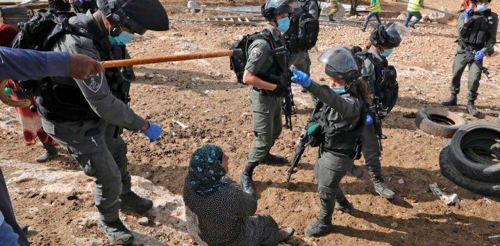 Los soldados israelíes y la policía fronteriza se reúnen cuando una estructura que sirve como hogar a una familia palestina es demolida en la aldea de Susya al sur de Yatta en el sur de Cisjordania.