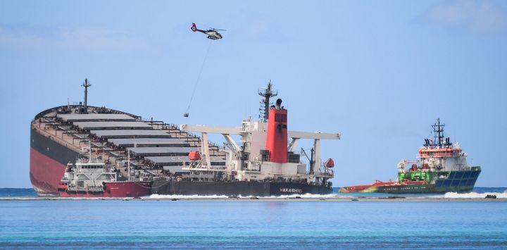 El buque MV Wakashio, perteneciente a una empresa japonesa pero con bandera panameña, que encalló y provocó una fuga de petróleo se ve cerca del Blue Bay Marine Park en el sureste de Mauricio.