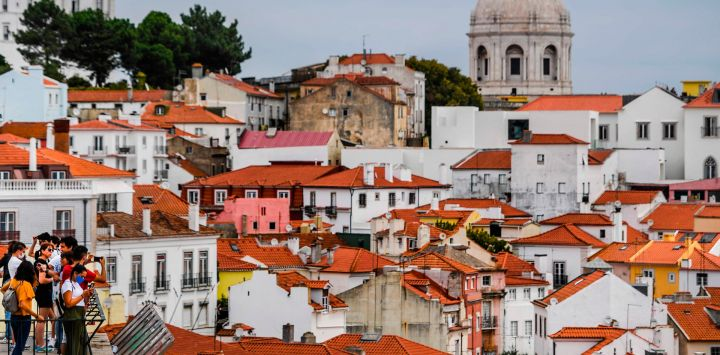 Los turistas toman fotografías desde el mirador de Portas do Sol en el barrio de Alfama en Lisboa el antes de la final de la UEFA Champions League.