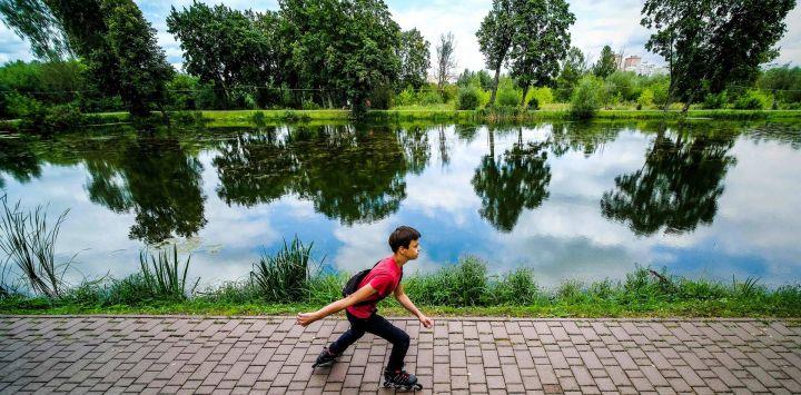 Un niño patina a lo largo de la orilla de un estanque en la ciudad de Chéjov, a unos 70 km de Moscú.