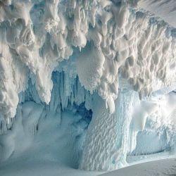 La imponente estructura de hielo de 122 metros de largo tiene un singular parecido con un gran crucero.