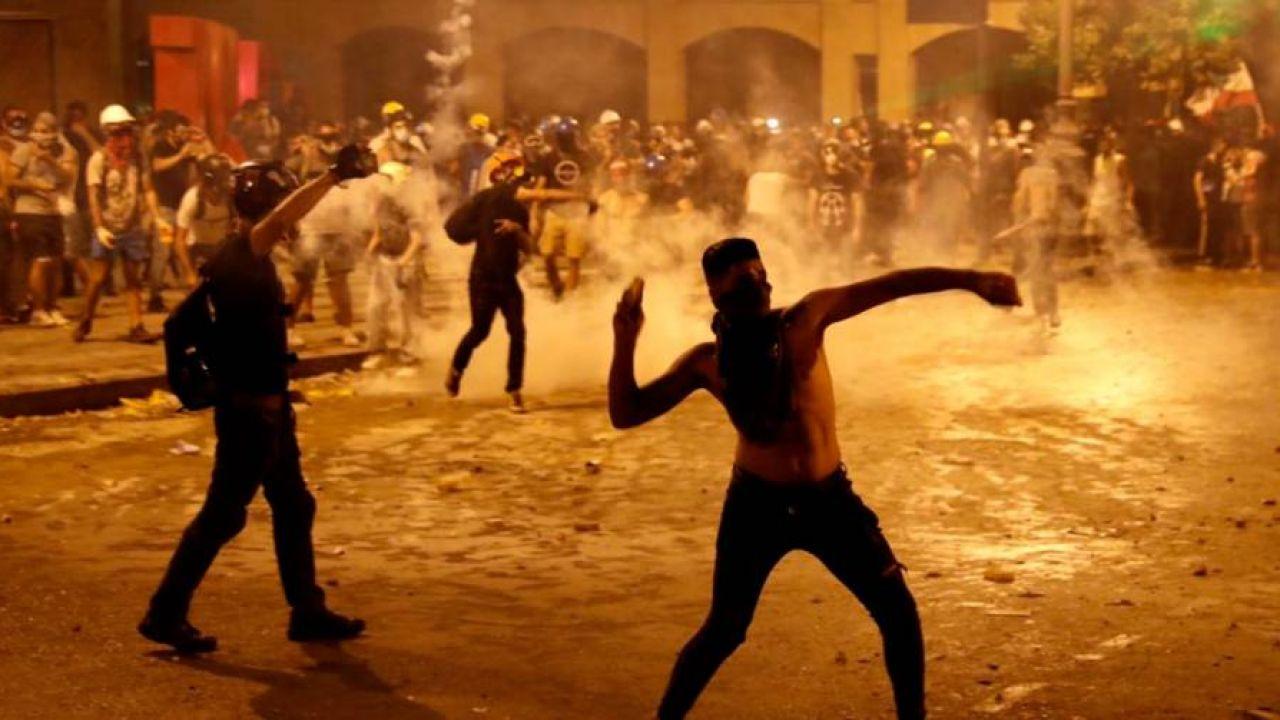 Las revueltas en las calles de Beirut tras la renuncia del gobierno.  | Foto:DPA