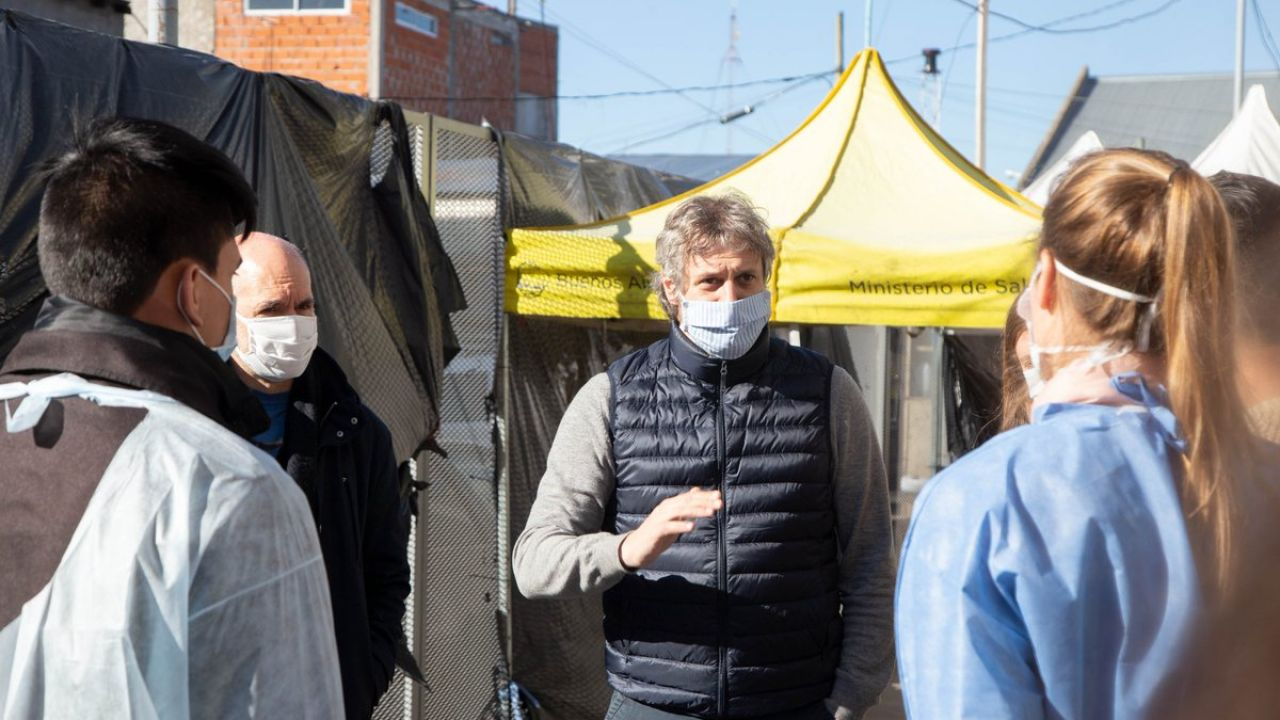 Miguel con Larreta en recorrida por el Barrio 21-24. | Foto:CEDOC