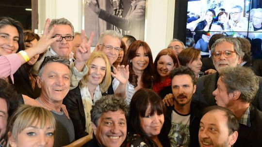 Cristina Kirchner con actores en un acto en el Salón Mujeres Argentinas de la Casa Rosada.