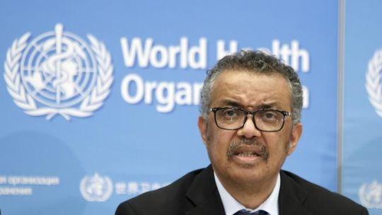 El director de la OMS instó a los jóvenes a cumplir las normas.