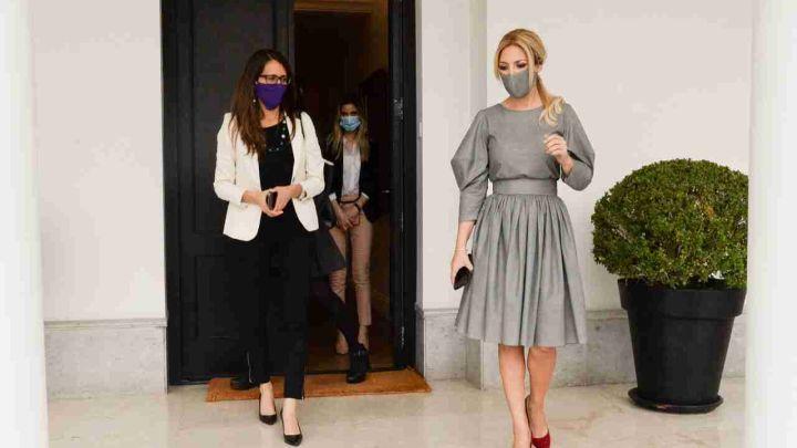 Fabiola Yáñez se reunió con la ministra de las mujeres quien recibió una inesperada sorpresa