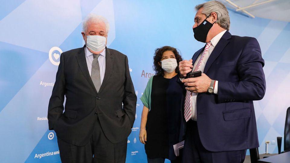 El presidente Alberto Fernández, junto al ministro Ginés González García y la viceministra Carla Vizzotti.