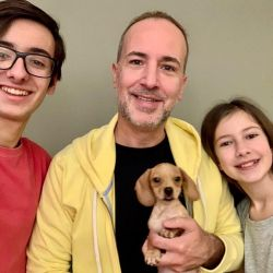 Axel encontró en Theo un aglutinante para su familia, ya que sus hijos Tomás y Delfina viven parte de la semana con él y otra con la madre.