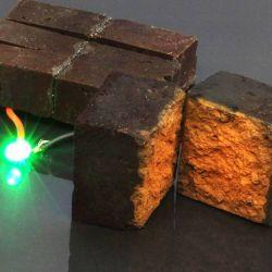 Los bloques se pueden conectar a los paneles solares para alimentar la iluminación de emergencia durante varias horas.