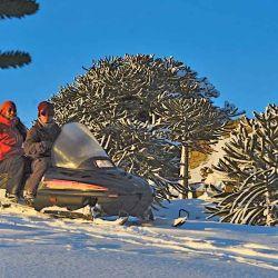 En moto de nieve rumbo al cráter del batea Mahuida.