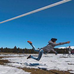 En el colegio de Longkoluán la nieve  no impide un picadito.