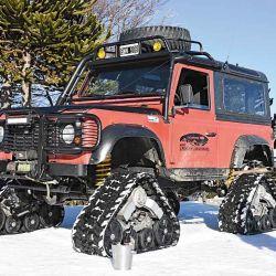 Una Land Rover con oruga convertida en tanque para la paz y la contemplacón.