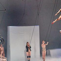 Hamburgo: bailarines actúan en el escenario durante un espectáculo de la coreógrafa austriaca Florentina Holzinger en el Teatro Kampnagel en la noche de apertura del Festival Internacional de Verano. | Foto:Georg Wendt / DPA