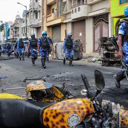 El personal de la Fuerza de Acción Rápida patrulla en una calle de Devara Jevana Halli en Bangalore, después de que una publicación  | Foto:Manjunath Kiran / AFP