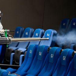 Un trabajador higieniza una sala de cine de la Cineteca Nacional en la Ciudad de México, mientras los museos, cines y piscinas reabren en México como parte del alivio de las restricciones en medio de la pandemia del nuevo coronavirus COVID-19. | Foto:ALFREDO ESTRELLA / AFP