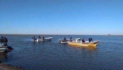 Bomberos y buzos continúan la búsqueda del pescador desaparecido hace tres días.