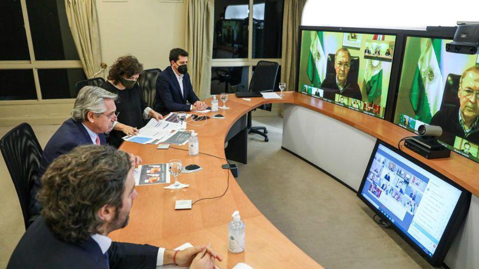 El Presidente, junto a De Pedro, Vizzotti y Cafiero, en la videoconferencia con gobernadores.