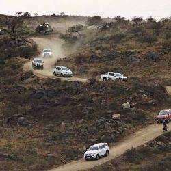 La caravana desciende en un caracol por el trayecto de paso de Lutti.