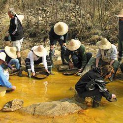 Jugando a ser buscadores de oro, una actividad muy esforzada.