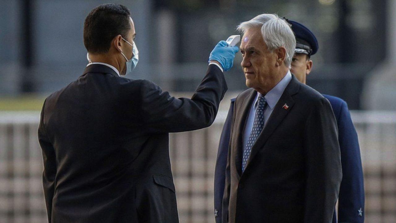 Piñera se somete a revisión al ingresar al palacio de gobierno.  | Foto:CEDOC