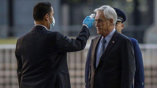 Piñera se somete a revisión al ingresar al palacio de gobierno.