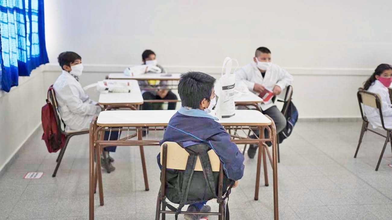 Nueva normalidad. La distancia social y los tapabocas serán una nueva realidad para los alumnos que comiencen de manera presencial.