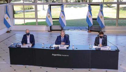 Anuncios. El jefe de Gobierno porteño, el Presidente y el gobernador bonaerense, ayer en Olivos.