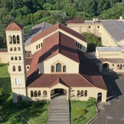 La Abadía del Niño Dios,de los monjes benedictinos, se unica en un paisaje de suaves lomas verdes y arboladas.