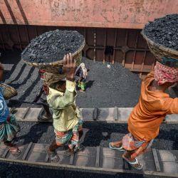 Los trabajadores descargan carbón de un buque de carga en Dhaka | Foto:Munir Uz zaman / AFP