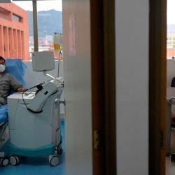 El internista e intensivista colombiano Norberto Medina, quien se recuperó del COVID-19, dona plasma como parte de un proyecto de investigación que busca probar la efectividad del plasma de pacientes recuperados en el tratamiento de pacientes donde el virus está activo en el Instituto Distrital de Ciencias. Biotecnología e Innovación en salud (IDCBIS) en Bogotá. | Foto:Raúl Arboleda / AFP