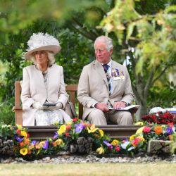Camilla de Gran Bretaña, duquesa de Cornualles (izquierda) y el príncipe Carlos de Gales de Gran Bretaña asisten a un servicio nacional de conmemoración en el National Memorial Arboretum en Alrewas, en el centro de Inglaterra, para conmemorar el 75 aniversario de VJ (Victoria sobre Japón). | Foto:Anthony Devlin / POOL / AFP